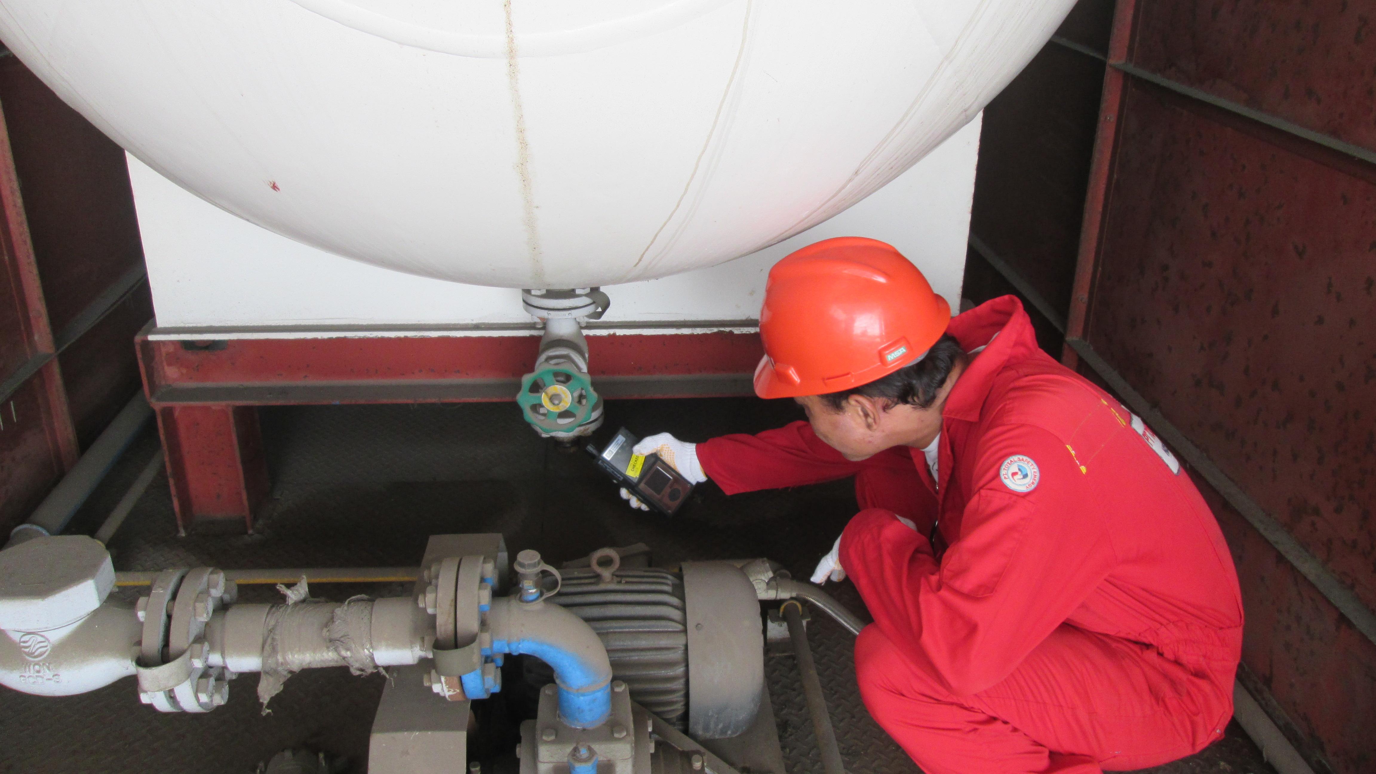 Pengecekan gas dengan menggunakan multi gas detektor pada bagian low diluar tangki.