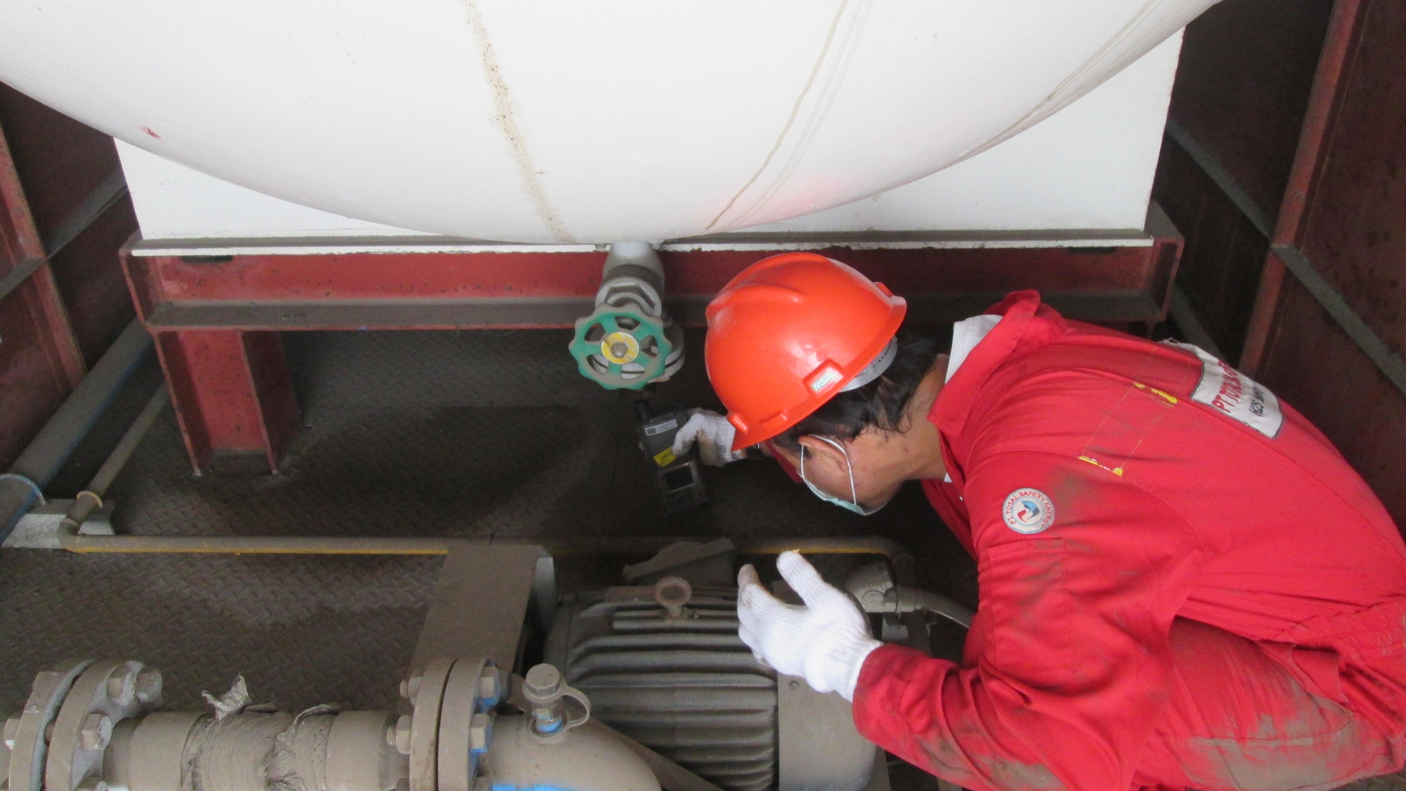 Pengecekan gas untuk bagain bawah tangki.